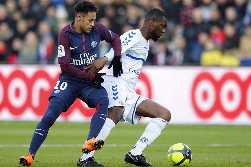 Jean Aholou, sous les couleurs de Strasbourg, face à Neymar (PSG), le 17 février 2018.