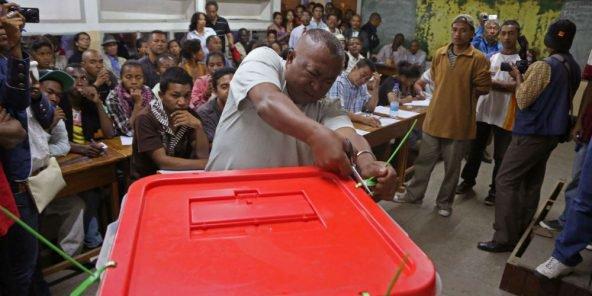 Début du dépouillement à Antananarivo, lors des élections malgaches de 2013.