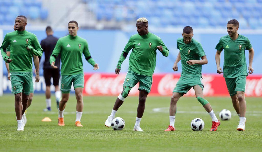 Le Marocain Hamza Mendyl, au centre,  lors de l'entraînement à la veille du match dl'Iran lors de la Coupe du monde de football 2018.