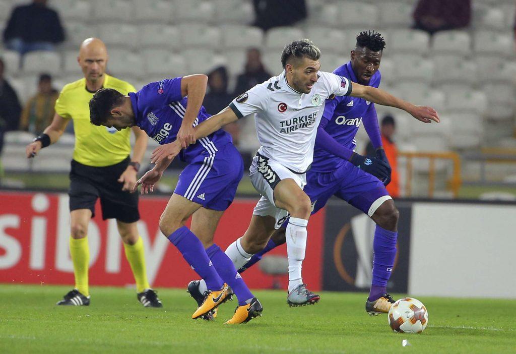 Le centre de Konyaspor, Mehdi Bourabia, et le Marseillais Morgan Sanson, à gauche, et Andre Zambo Anguissa se disputent le match de football du groupe I de la Ligue Europa entre Konyaspor et Marseille, jeudi 23 novembre 2017 à Konya, Turquie.