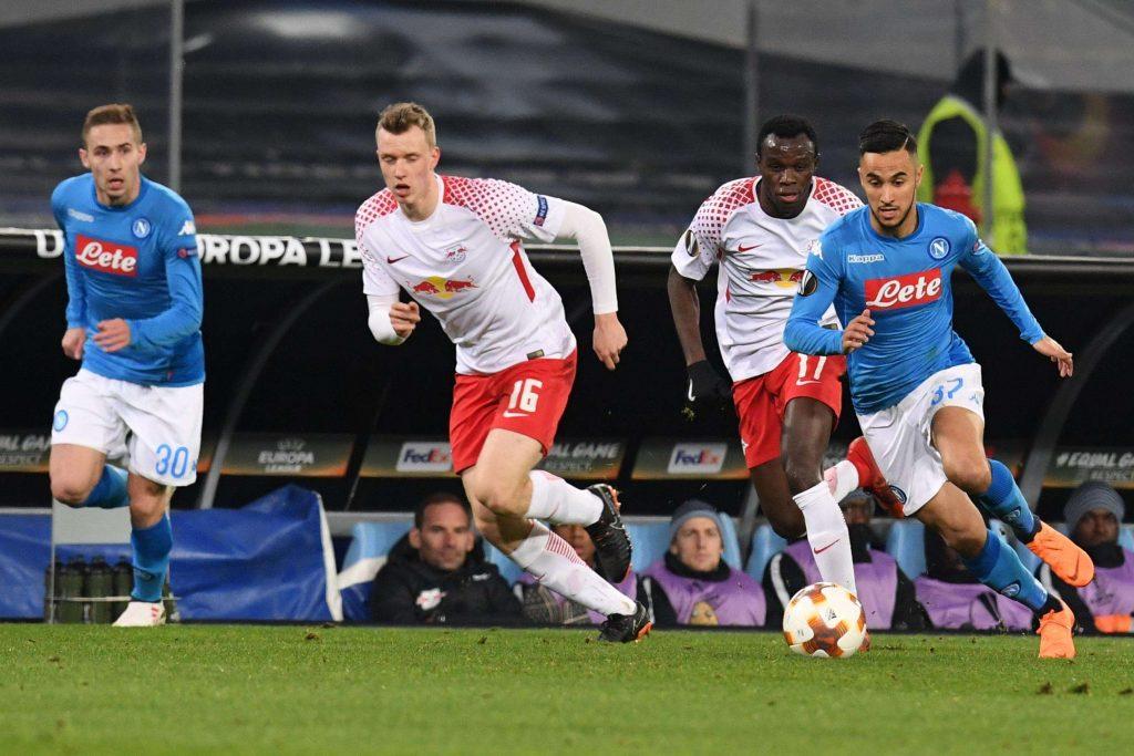 L'attaquant napolitain Adam Ounas, à droite, est poursuivi par Bruma et Lukas Klostermann, de Leipzig, lors du match de football de la Ligue Europa entre Naples et RB Leipzig, le 15 février 2018.