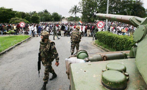Les chars de l'armée française devant l'Hôtel Ivoire en 2004