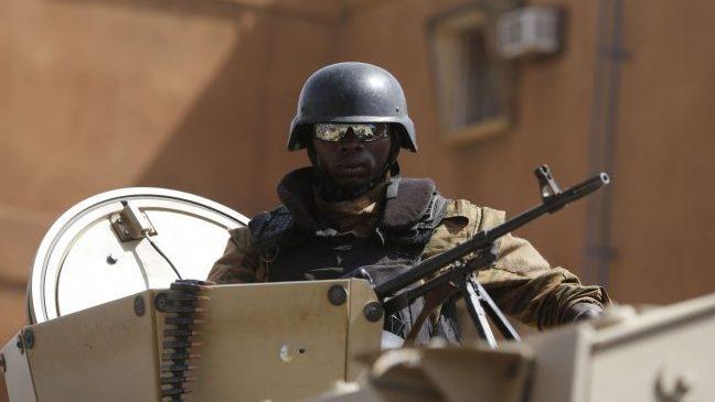 Un soldat burkinabè monte la garde à l'extérieur du Splendid Hotel qui a été attaqué à Ouagadougou, au Burkina Faso, le lundi 18 janvier 2016.
