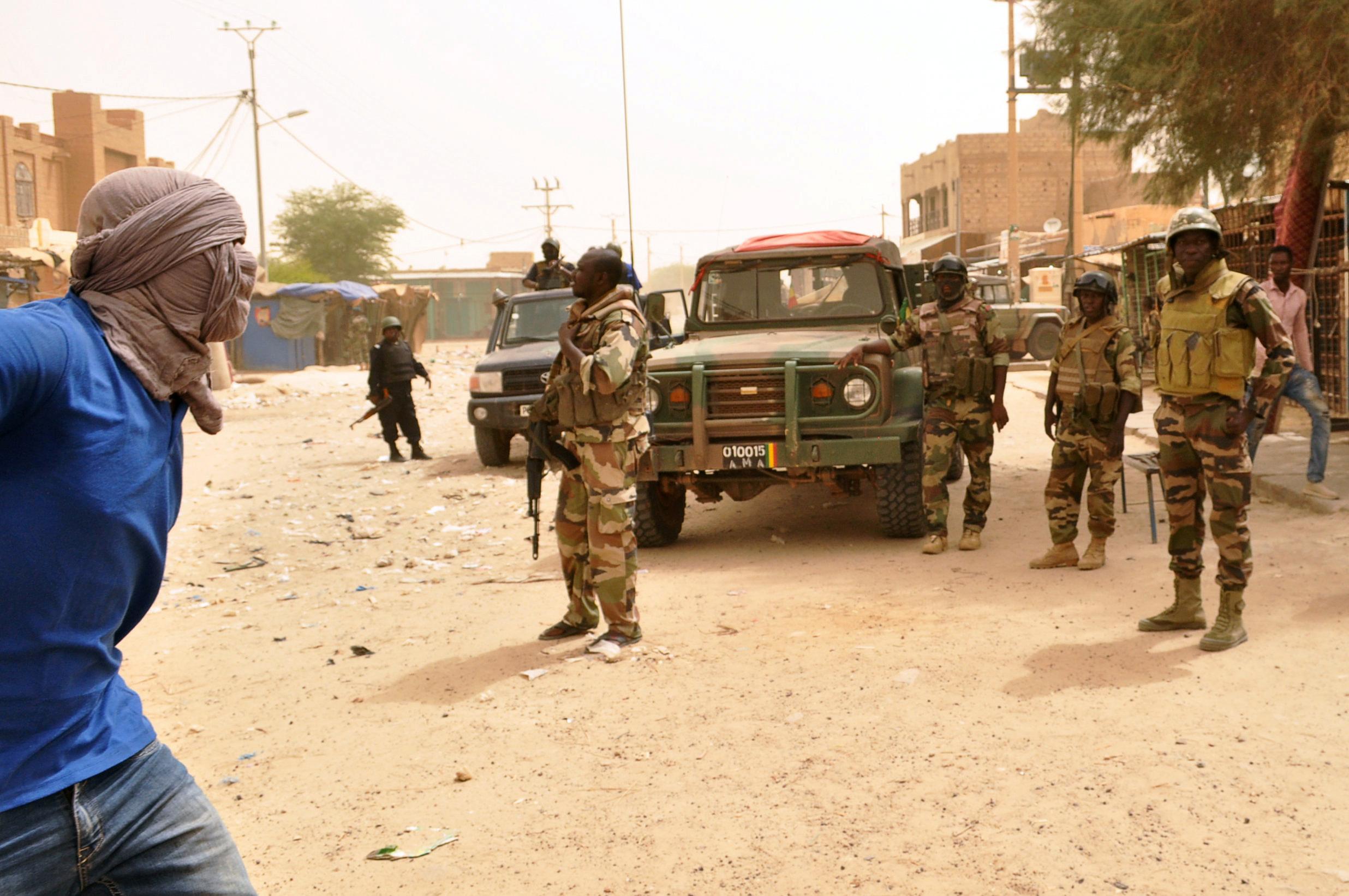 des soldats maliens dans les rues de Tombouctou, lors d'une manifestation le 25 juillet 2018.