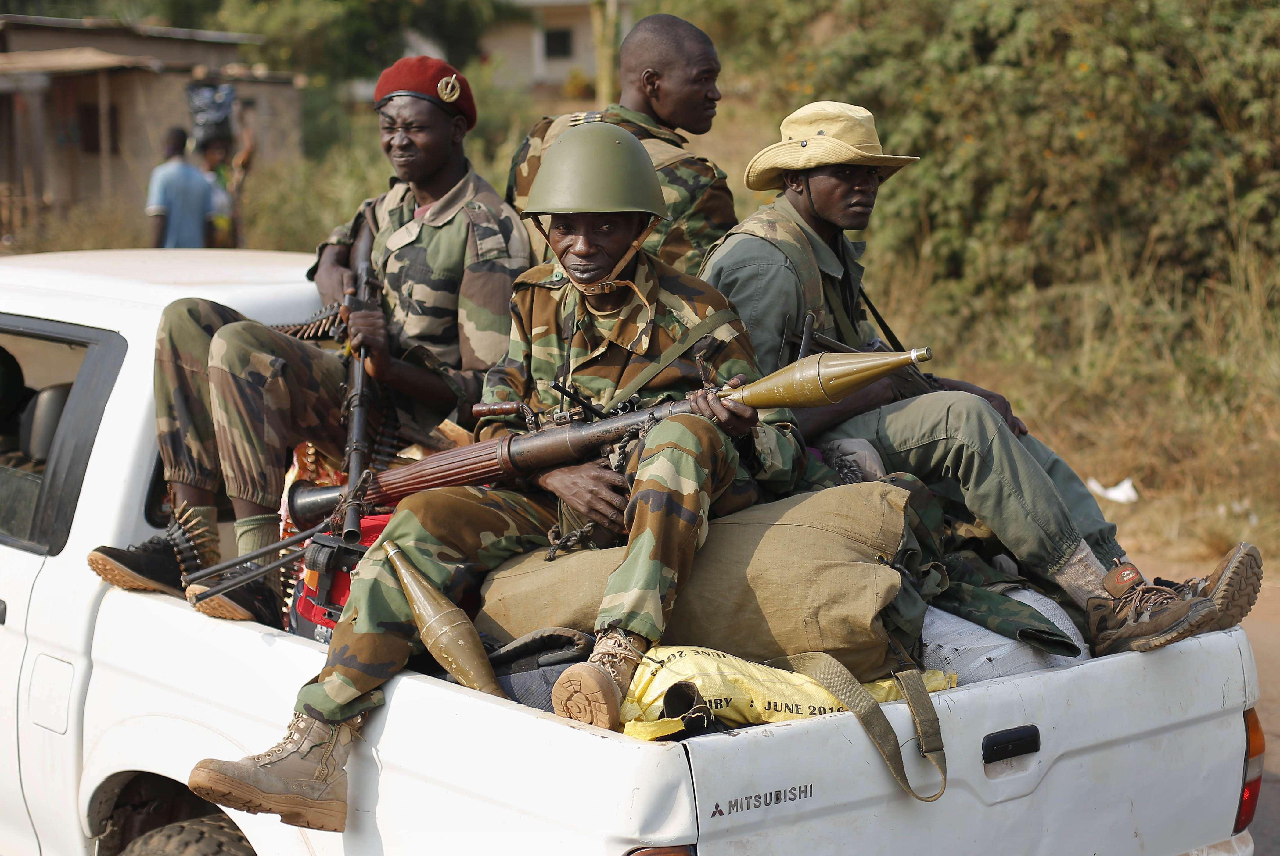 Des miliciens de la Séléka traversent Bangui, en République centrafricaine, le lundi 27 janvier 2014.