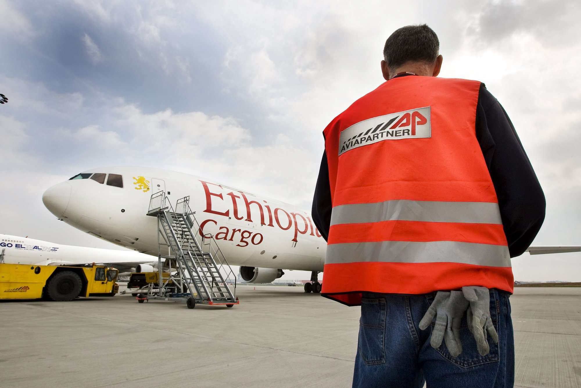 Tarmac, personnel de piste avec chasuble operations Aviapartner sur avion cargo Ethiopian Airlines. Aviapartner Liege Airport Cargo