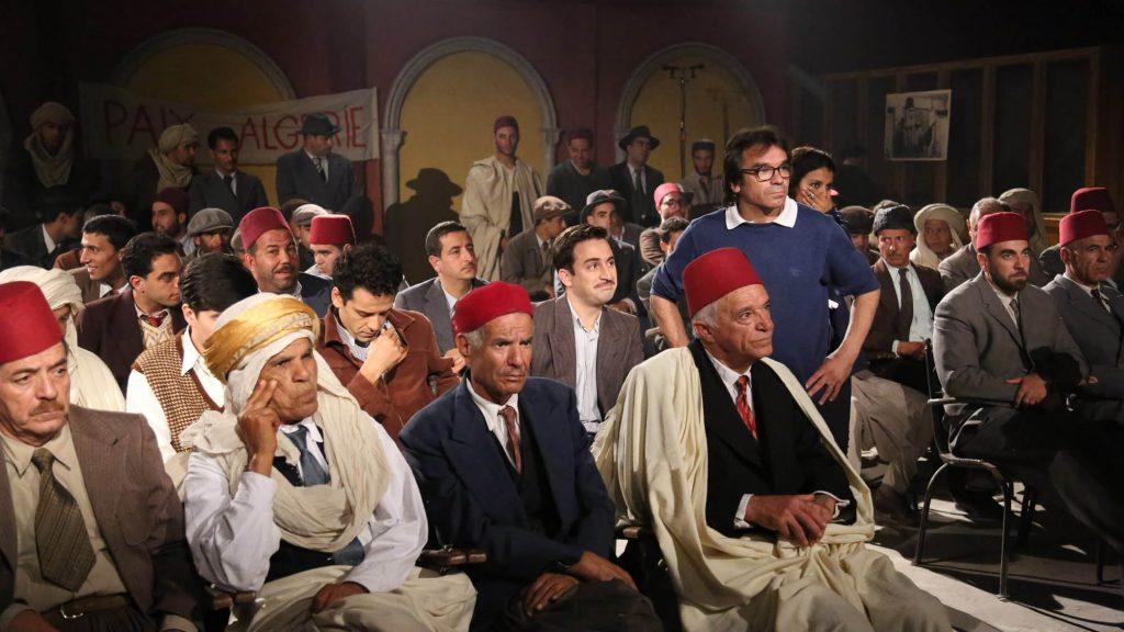 Une scène du film sur Larbi Ben M'Hidi, avec le réalisateur Bachir Derrais debout.