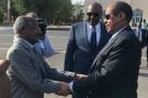 Osman Saleh (g.), ministre érythréen des Affaires étrangères, et Mahmoud Ali Youssouf, son homologue djiboutien, à l'aéroport de Djibouti le 6 septembre 2018.
