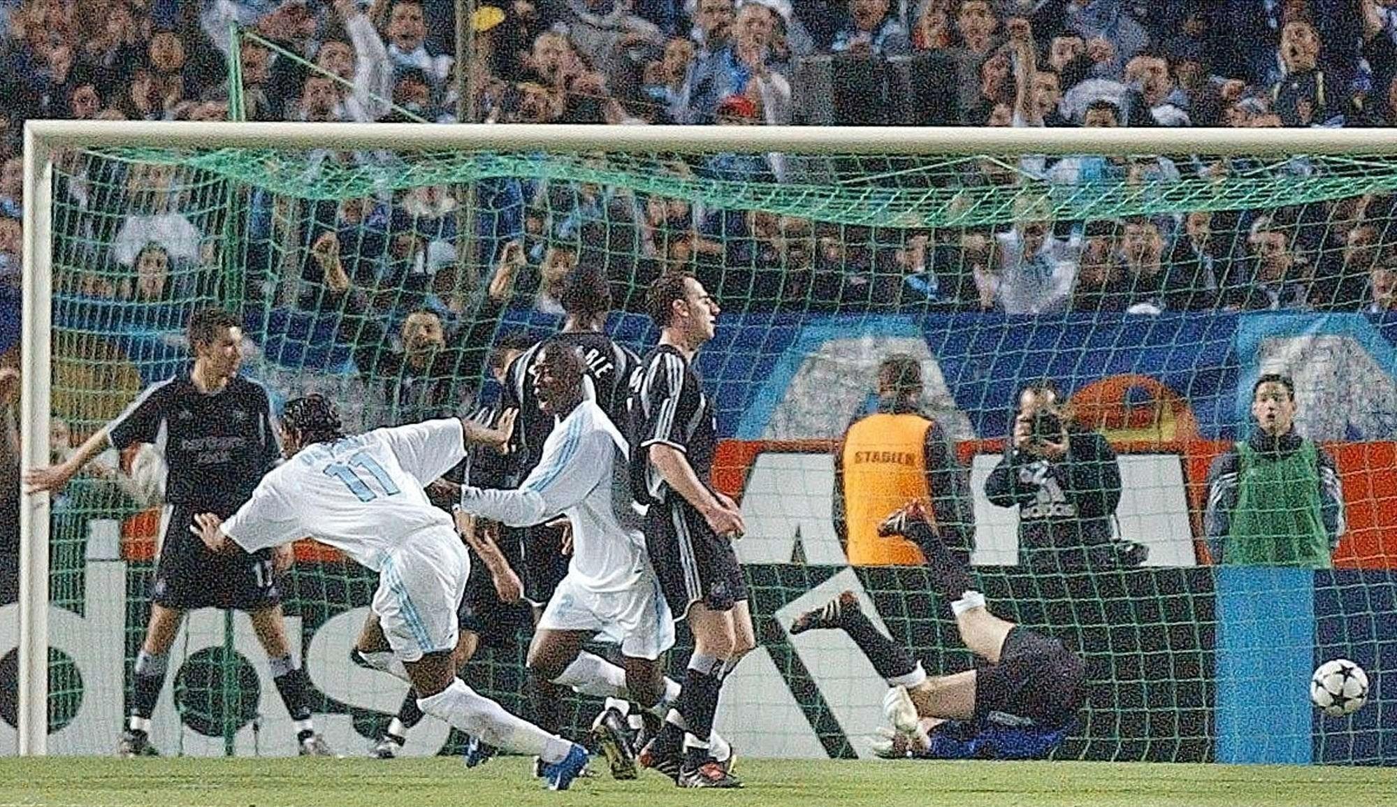 Le Marseillais Didier Drogba, à gauche, lors du match contre Newcastle United, au stade Vélodrome de Marseille, jeudi 6 mai 2004.