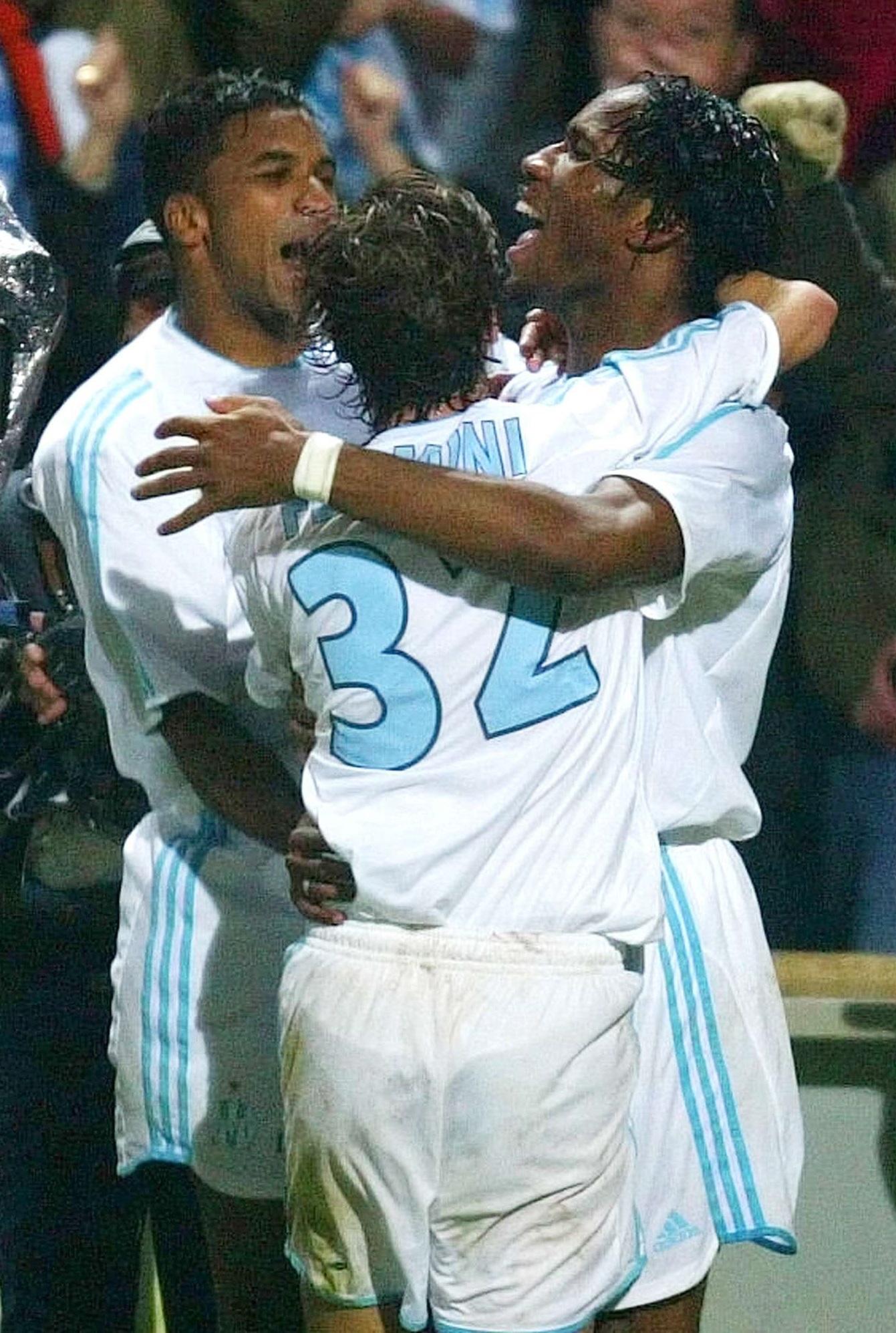 Didier Drogba de Marseille, à droite, et ses coéquipiers Mathieu Flamini et Habib Beye, à gauche, réagissent après le deuxième but de Drogba, lors de leur match de demi-finale de Coupe UEFA contre Newcastle, jeudi 6 mai 2004 à Marseille.