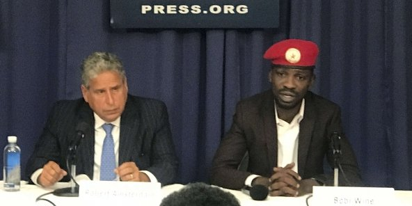 Bobi Wine au National Press Club le jeudi 6 septembre 2018 à Washington, avec son avocat, Robert Amsterdam (à gauche).