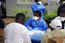 Un agent de l'Organisation mondiale de la Santé se prépare à administrer un vaccin Ebola à un travailleur humanitaire à Mangina, en RDC, le 8 août 2018.