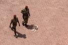 Des militaires burkinabè près de l'entrée de l'hôtel Libya, où des discussions sur le coup d'État ont eu lieu dimanche 20 septembre 2015 à Ouagadougou, au Burkina Faso.