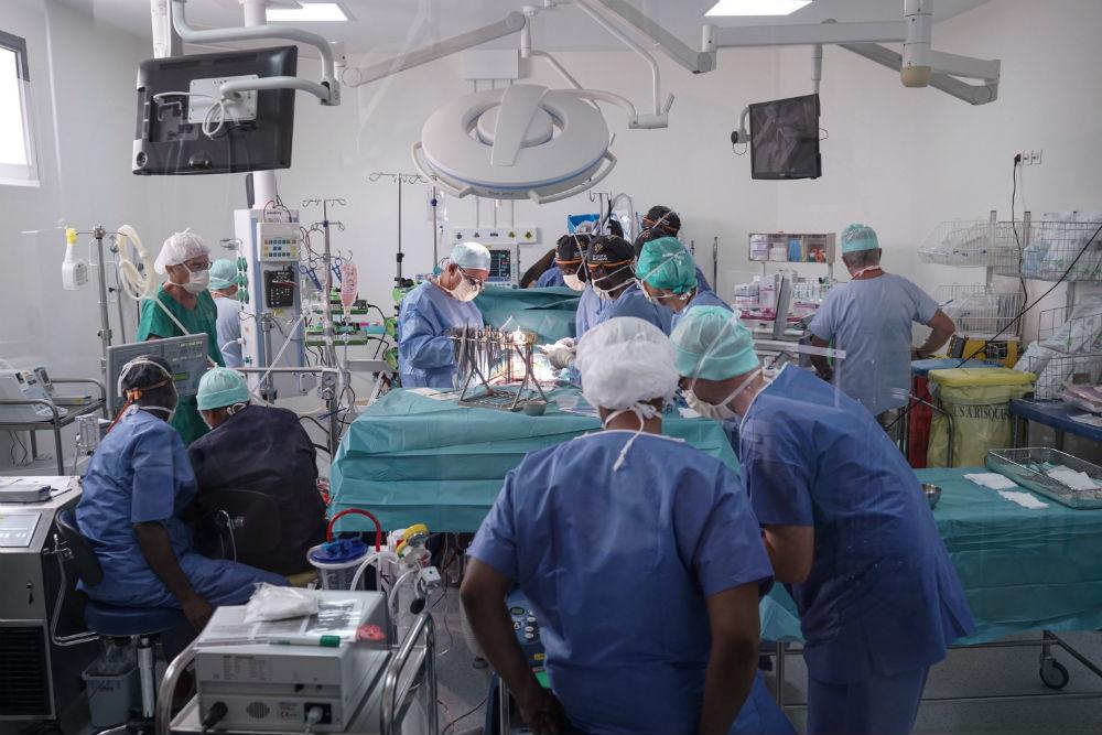 L'équipe malienne accompagnée de leurs confrères français, pendant l'opération à coeur ouvert au centre Centre André Festoc.