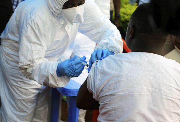 Un travailleur de l'OMS administrant un vaccin contre le virus Ebola à Mangina, en République démocratique du Congo, le mercredi 8 août 2018.