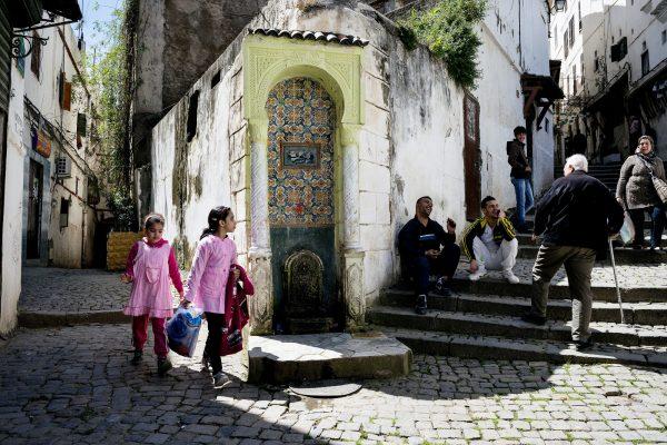 Jeunes écolières, dans laCasbah d'Alger.