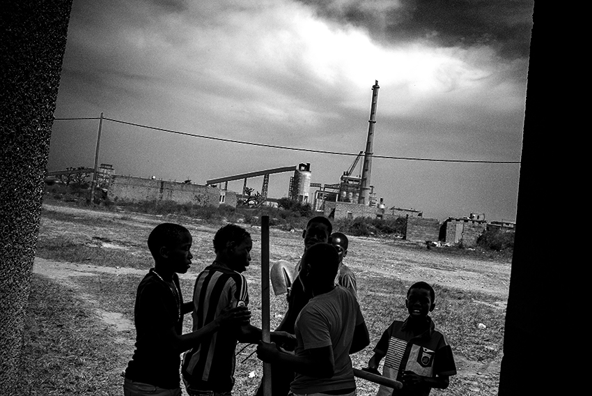 Des enfants jouant aux abords de la centrale à charbon à Bargny, au sud de Dakar.