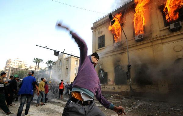 Pendant les affrontements entre manifestants et forces de l'ordre sur la place Tahrir, en décembre 2011 au Caire.