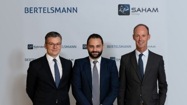 De g. à d., Thomas Mackenbrock , DG d'Arvato CRM Solutions, Moulay Mhamed Elalamy, représentant de Saham, et Thomas Rabe, PDG de Bertelsmann.