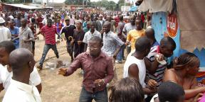 Ce lundi 28 septembre 2009, des manifestants guinéens s'enfuient alors que les forces de sécurité les dispersent.