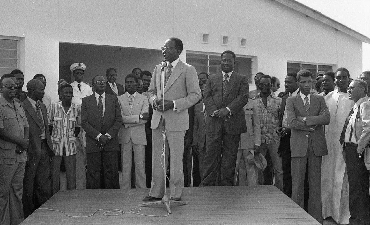 Bruno Diatta (à droite, bras croisés), lors d'un discours de Léopold Sédar Senghor à Dakar en octobre 1979.