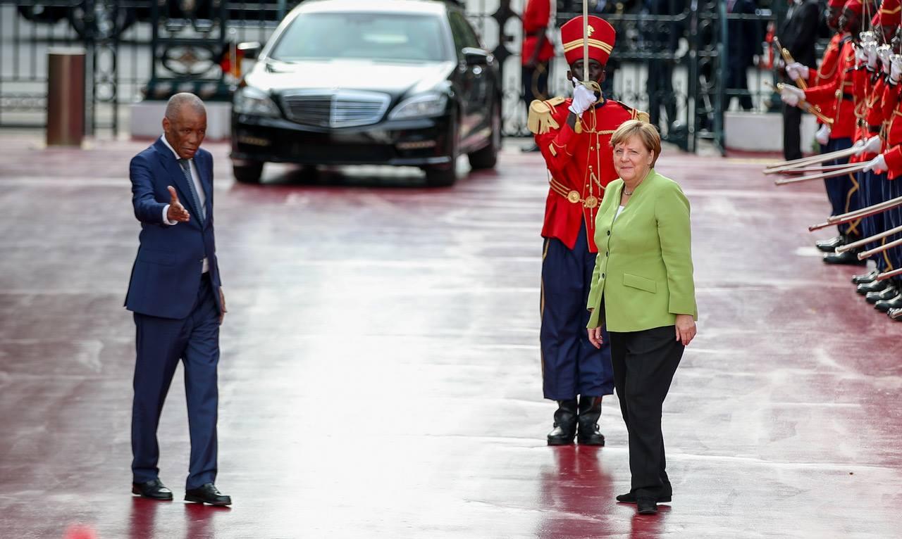 Bruno Diatta accueille la chancelière allemande Angela Merkel au palais présidentiel, avant sa rencontre avec Macky Sall, en août 2018.