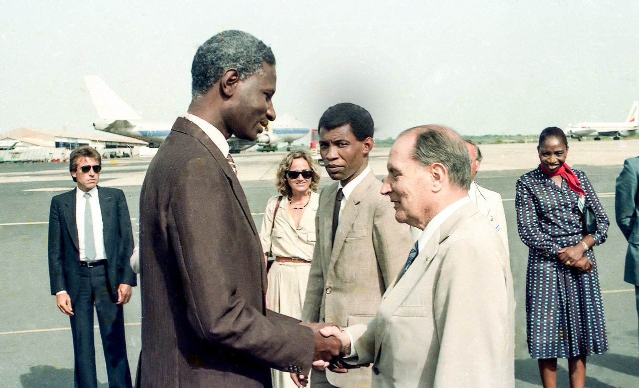 Bruno Diatta (centre), lors de la visite de François Mitterand à Abdou Diouf, en 1985.