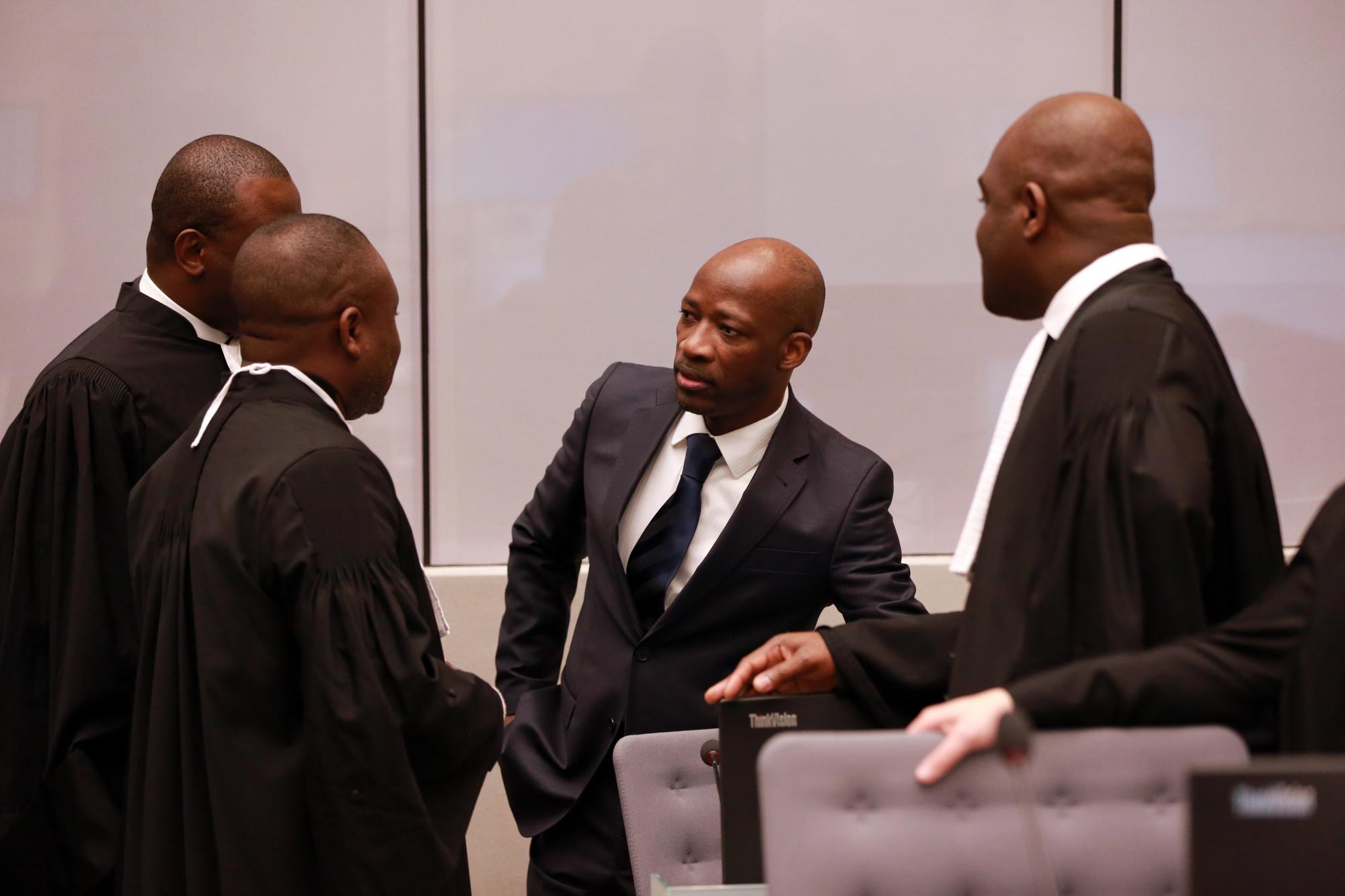 Charles Blé Goudé en discussion avec ses avocats lors d'une audience de la CPI.