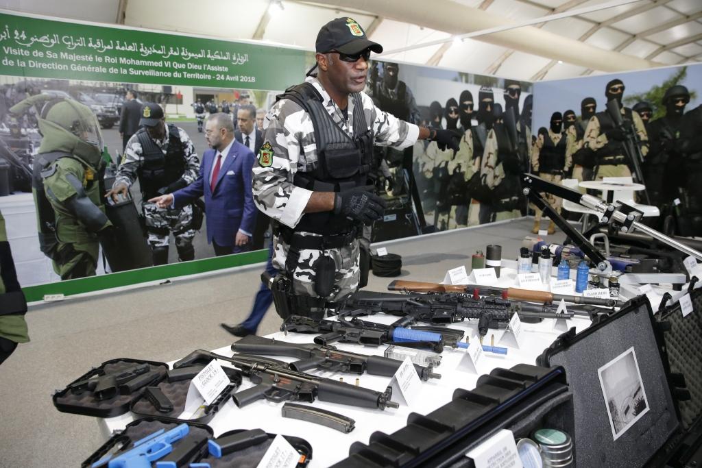 Un agent de la DGST présente son équipement au public, lors des Journées portes ouvertes de Marrakech.