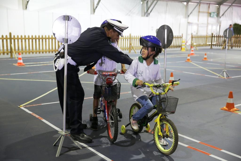 Un policier apprend les règles de circulation à de jeunes cyclistes, à l'occasion des deuxièmes Journées portes ouvertes de la police marocaine.