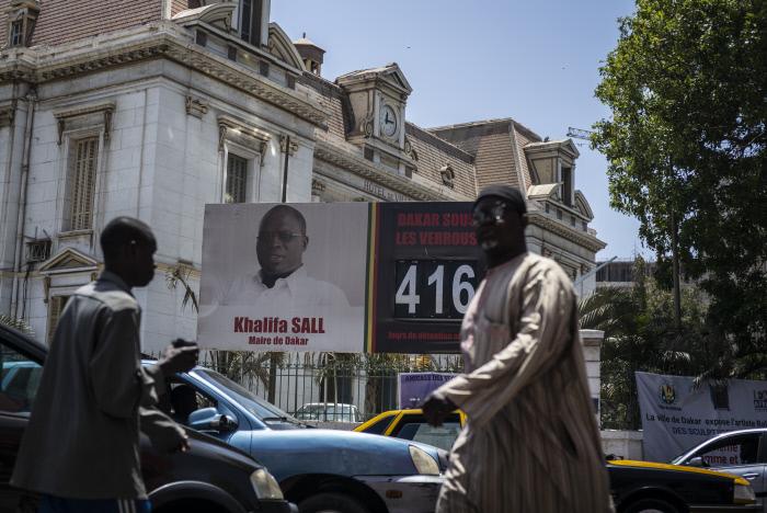 Une affiche placée devant la mairie de Dakar, présente le décompte des jours en detention du Maire de Dakar Khalifa Sall le 11 mai 2018.