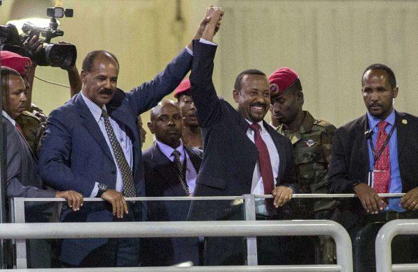 Le Premier ministre éthiopien, Abiy Ahmed (à droite), aux côtés du président érythréen Isaias Afwerki, le 15 juillet 2018 à Addis-Abeba.