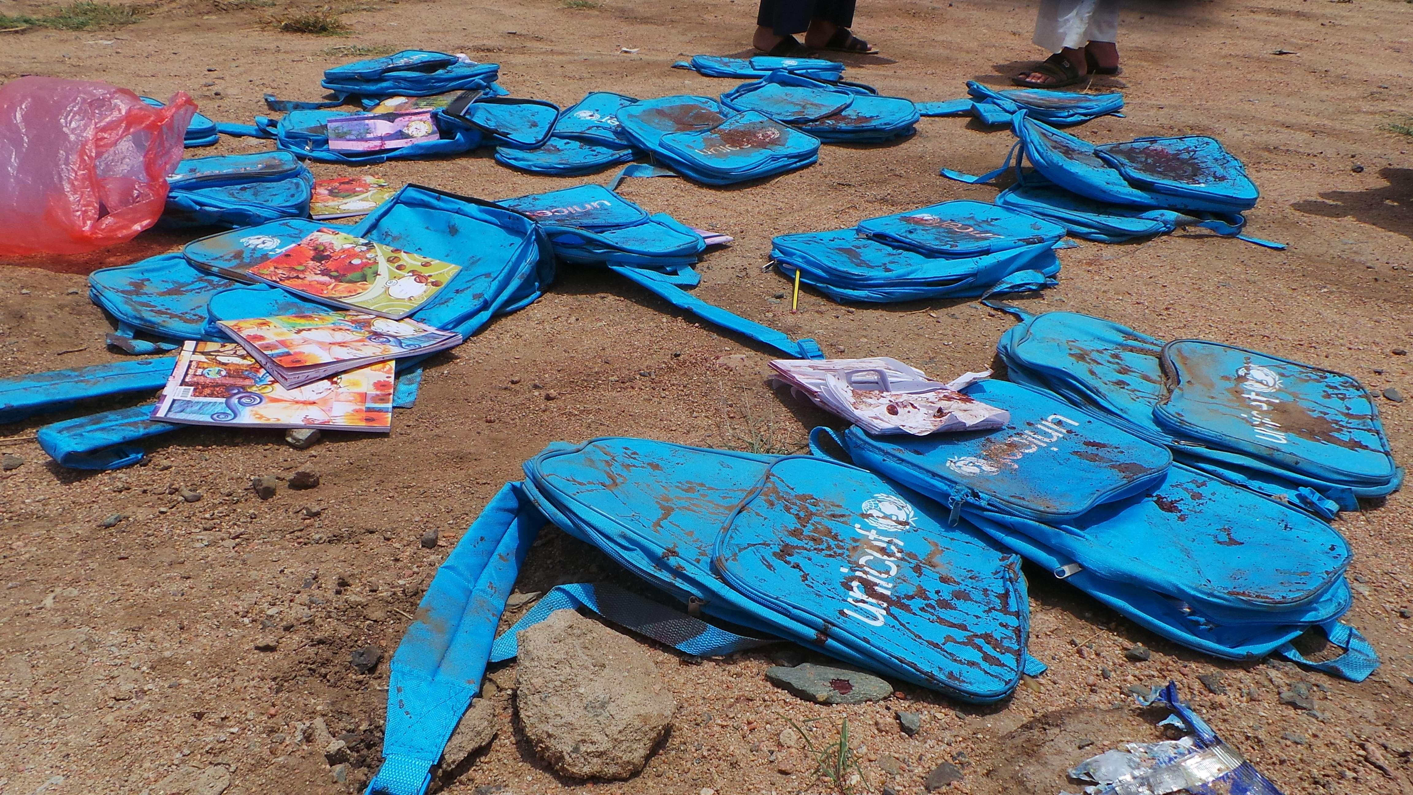 Des cartables d'enfants victimes d'un bombardement saoudien, le 10 août 2018 à Saada.