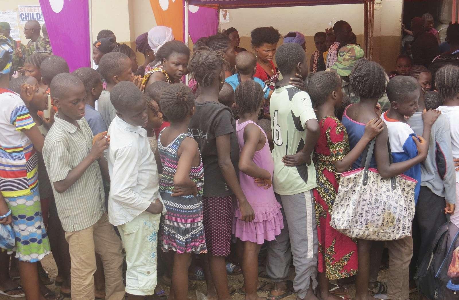 Des enfants dans un camp de déplacés victimes des inondations en Sierra Leone, en août 2017.