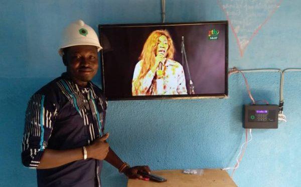 Ibrahim, installateur chez Qotto, vient de mettre en place le système chez un client.