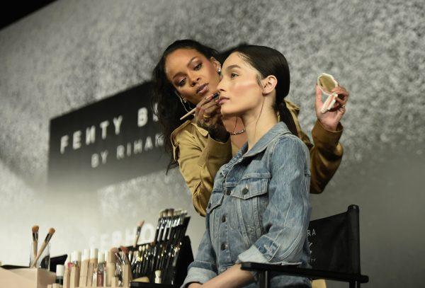 Rihanna assurant elle-même la promotion de Fenty Beauty.
