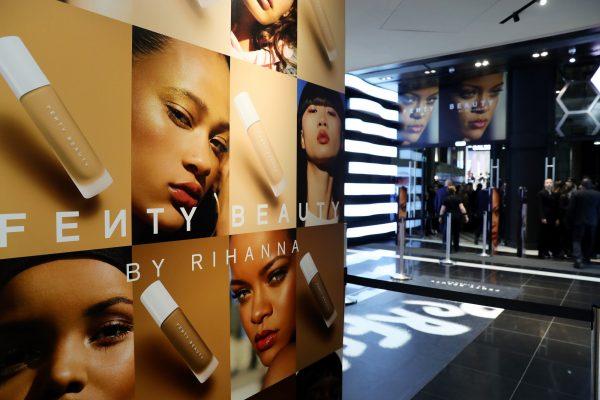 La promotion de la marque de Rihanna, sa mise en scène, est un point de rupture par rapport aux autres marques, et un coup de génie car on y voit tous les genres de beauté représentés, des peaux les plus claires aux plus foncées