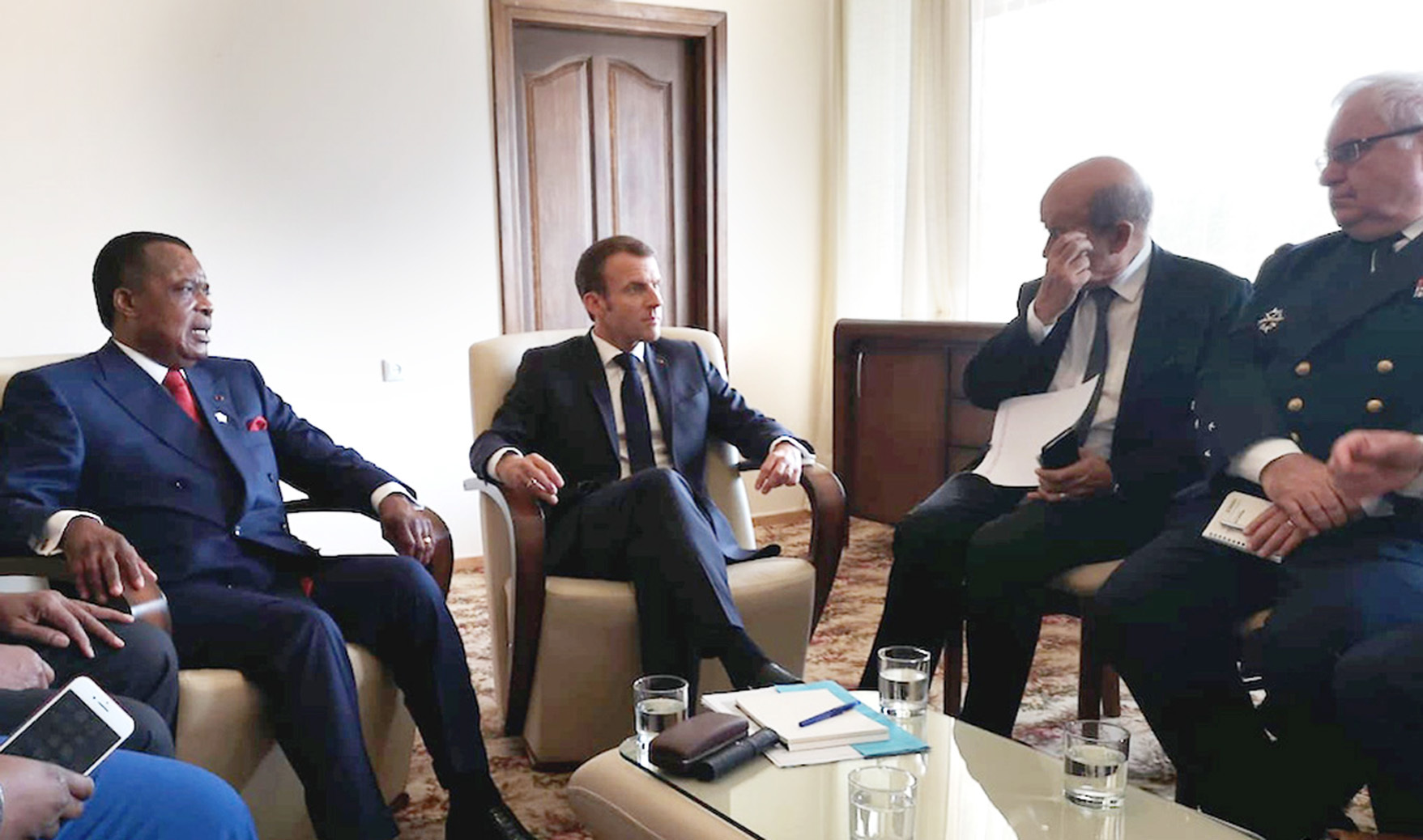 Emmanuel Macron avec Denis Sassou Nguesso et Jean-Yves Le Drian, durant leur rencontre du sommet de l'OIF à Erevan, le 12 octobre 2018.