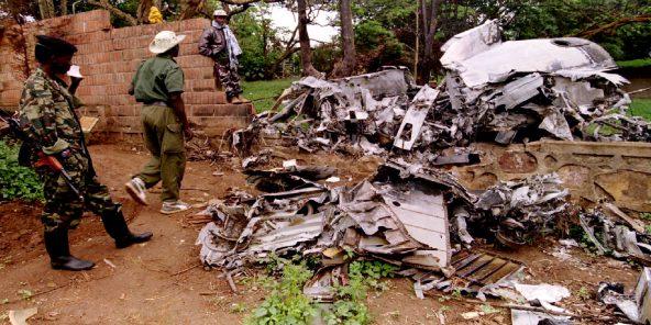Des membres du FPR examinent, le 26 mai 1994, la carcasse de l'avion dans lequel a été tué le président Juvenal Habyarimana le 6 avril 1994.