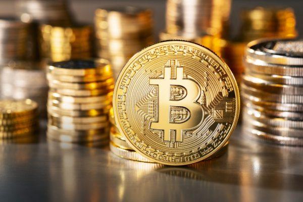 La crypto-monnaie, une des nombreuses applications de la blockchain, reste considérée comme suspecte au Maghreb.