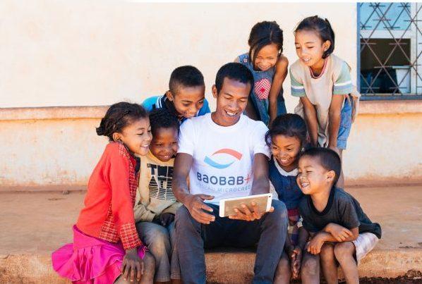 Madagascar, un agent Baobab+ forme des bénéficiaires à la tablette Educa à destination des enfants, une initiative portée par Microcred,