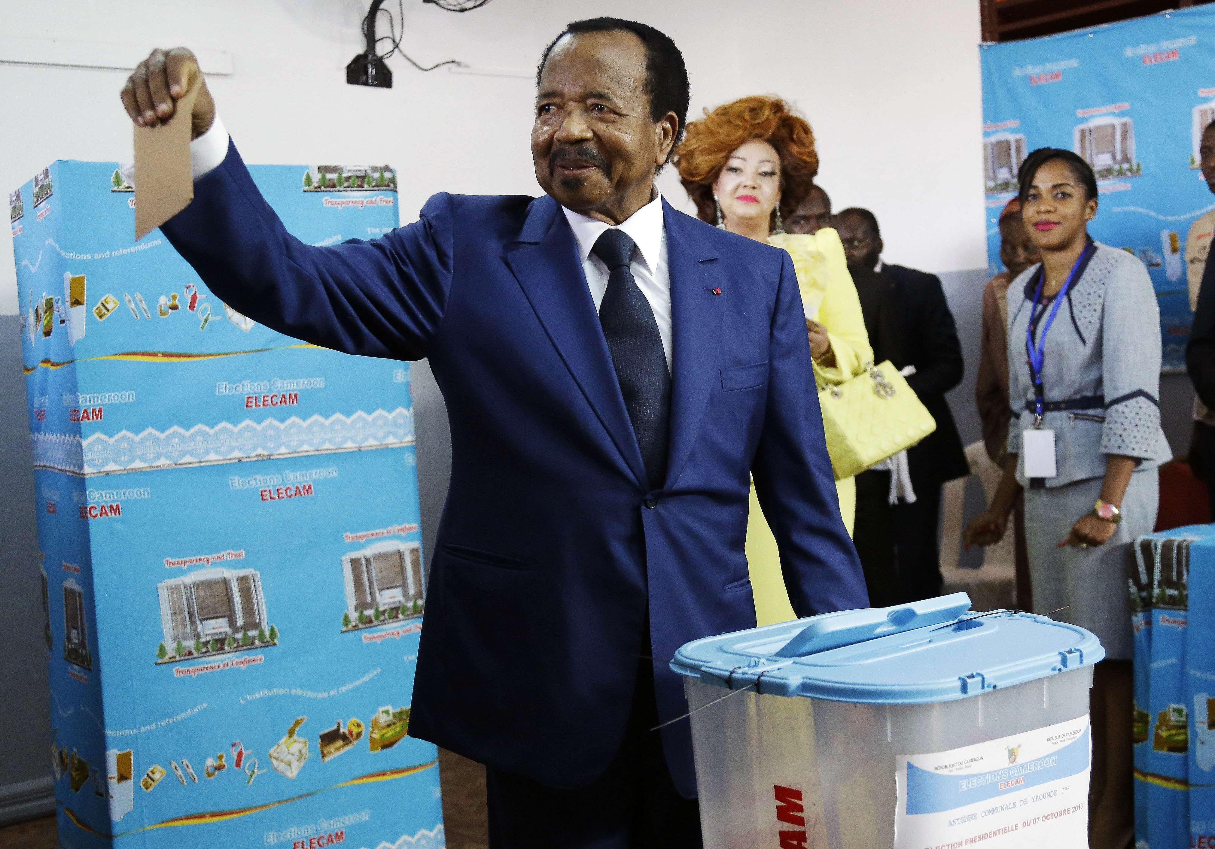 Le président sortant camerounais Paul Biya, votant lors de la présidentielle à Yaoundé, le 7 octobre 2018.