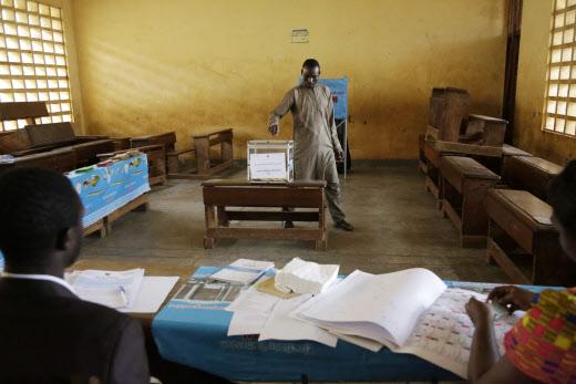 Dans un bureau de vote de Yaoundé, lors de la présidentielle du 7 octobre 2018.