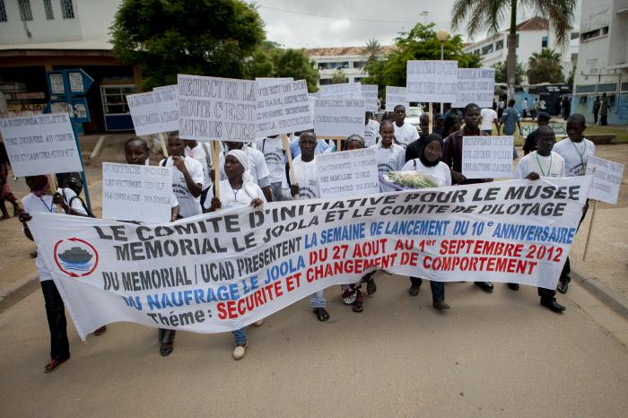 La marche des orphelins des victimes du naufrage du ferry le Joola dans les rues de l'université Cheik Anta Diop de Dakar, le 30 août 2012.