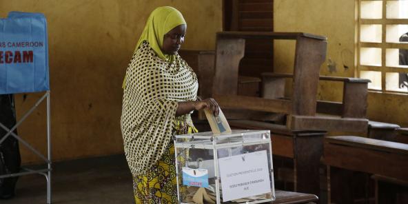 Une femme vote lors de l'élection présidentielle au Cameroun, le dimanche 7 octobre 2018 (Image d'illustration).