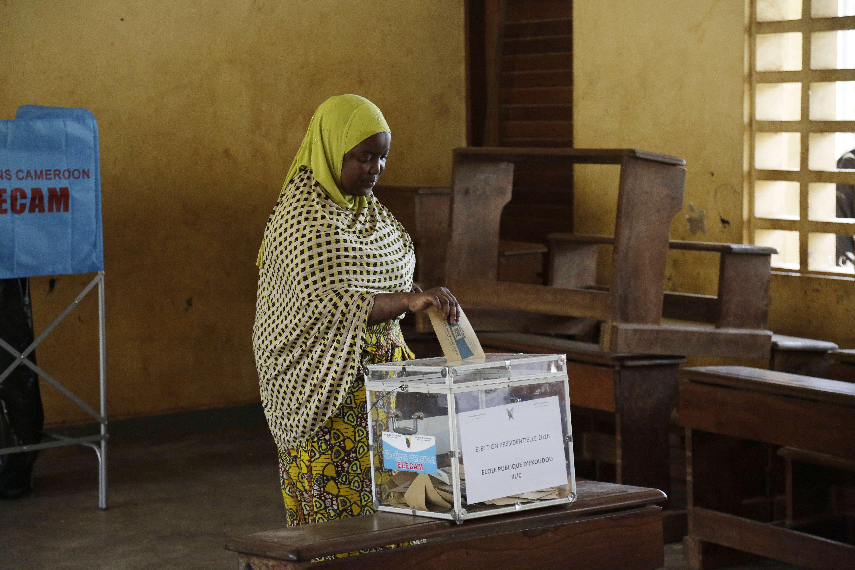 Une femme vote lors de l'élection présidentielle à Briqueterie Cameroun, le dimanche 7 octobre 2018.