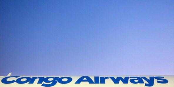 Le premier Airbus A320 de la compagnie aérienne Congo Airways stationne sur le tarmac de l'aéroport international de Ndjili à Kinshasa, capital de la République démocratique du Congo, le 21 septembre 2015.© Gwenn Dubourthoumieu pour JA