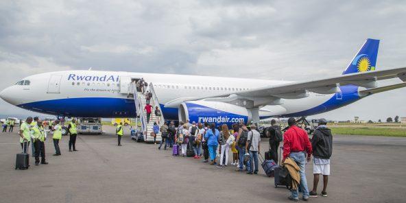Les passagers de RwandAir montent a bord d'un de ses Airbus A330.Photo:Cyril NDEGEYA