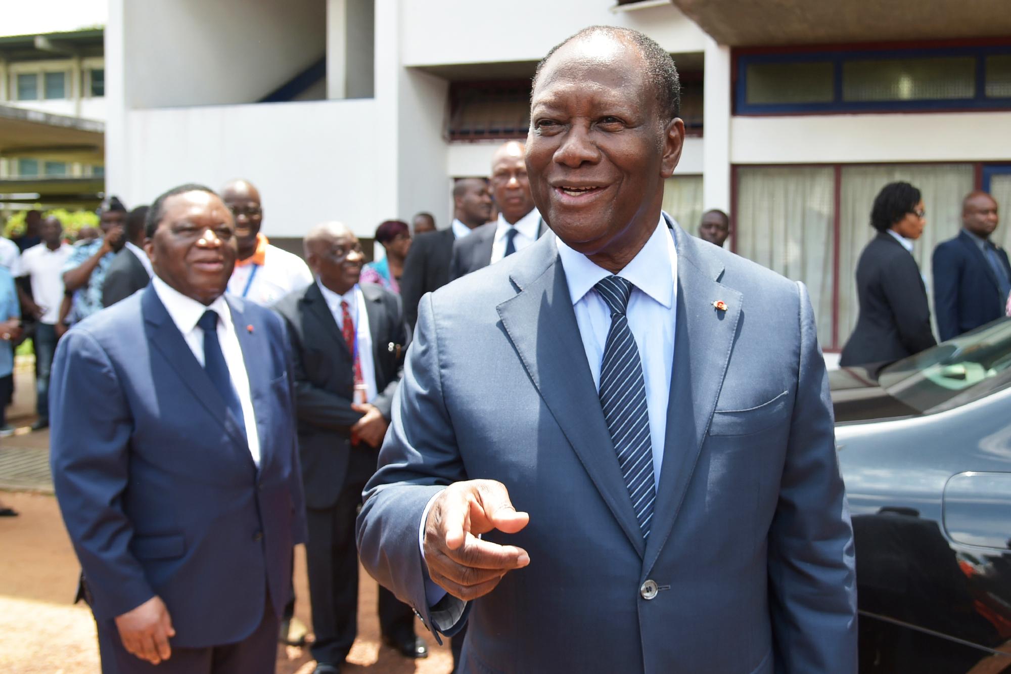 Le président, Alassane Ouattara, au sortir d'un bureau de vote de la commune de Cocody, à Abidjan, le 13octobre.