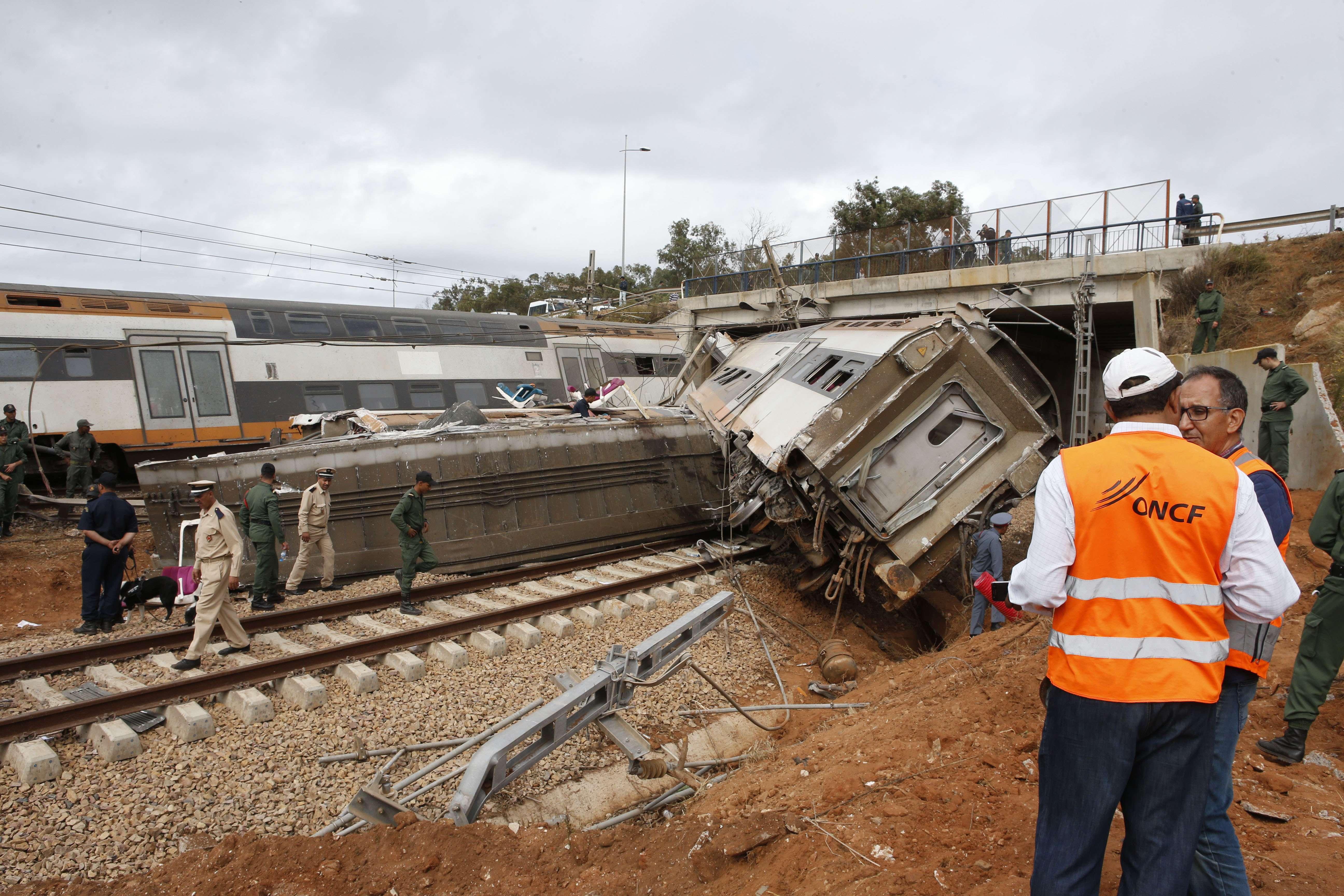 Des agents de l'ONCF sur le site de l'accident ferroviaire de Sidi Bouknadel, le 16 octobre 2018.